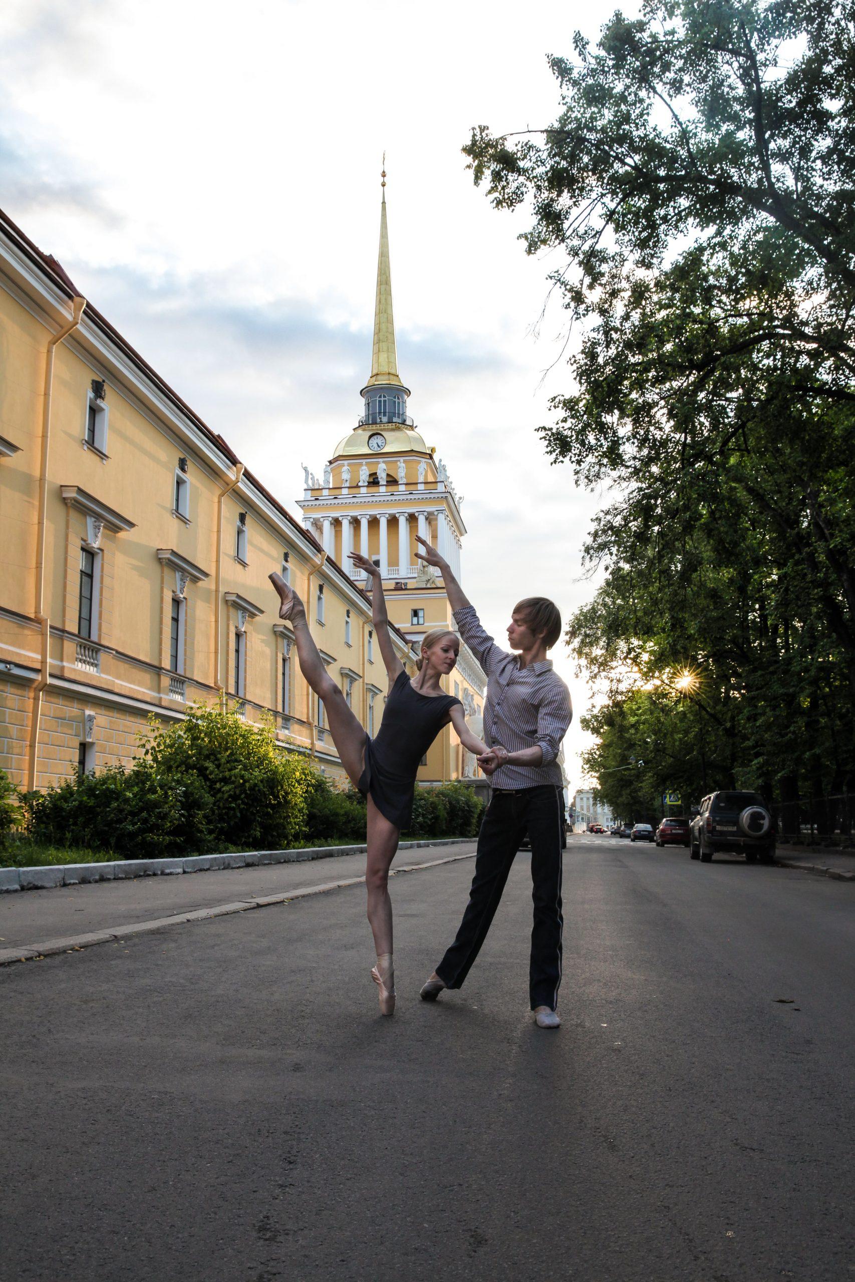 Пара танцует балет на улицах Санкт-Петербурга
